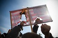 """Enclave de Mitrovica nord. 18022008. Dès le lendemain de la proclamation de l'indépendance, le 17 février 2008, les Serbes du Kosovo manifestent tous les jours à 12:44, en référence à la résolution 1244 de l'ONU, contre l'indépendance. Lors de ces manifestations, quelques fois violentes contre les militaires de la KFOR, le gouvernement incite fortement les habitants à aller manifester en fermant les écoles, les commerces à cette heure-ci. Ici, le drapeau américain barré de """"4ème Reich"""" est brûlé par les manifestants."""