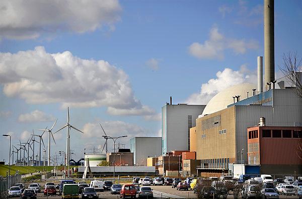 Nederland, Borsele, 15-4-2008Het bedrijfsterrein van de EPZ met de kerncentrale (rechts), de kolencentrale (midden) en een windmolenpark. Drie vormen van energieopwekking die in discussie zijn.Foto: Flip Franssen
