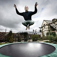 Nederland.Ophemert.3 april 2007.<br /> Bert van den Brink, arrangeur en pianist op de trampoline in zijn tuin.<br /> <br /> <br /> Foto:Jean-Pierre Jans/