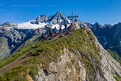 THEMENBILD - Gruppe von Bergwanderern beim Gipfelkreuz Figerhorn (2.742 m) im Hintergrund der Grossglockner (Glockner), höchster Berg Österreichs (3798m), Sommer, am Sonntag 04. August 2019, Kals am Großglockner, Nationalpark Hohe Tauern, Österreich // People at the summit cross Figerhorn 2.742 meter sea level behind Grossglockner (Glockner), highest mountain of Austria with 3.798 meter sea level, summer, on Sunday 04. August 2019, Kals am Grosglockner, Hohe Tauern National Park. EXPA Pictures © 2019, PhotoCredit: EXPA/ Johann Groder