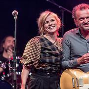 NLDAmsterdam/20190924- Uitreiking Gouden Notenkraker 2019, Ilse de Lange rijkt de Humble Award uit aan Martijn van Agt