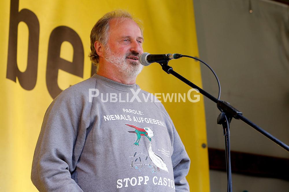 Wenige Tage nach Bekanntwerden des Umstands, dass der Salzstock im Wendland nicht weiter auf die Eignung als Atommülllager erkundet werden soll, feiern Atomkraftgegner das Aus für Gorleben nach 43 Jahren des Widerstands. Im Bild: Hans-Werner Zachow<br /> <br /> Ort: Gorleben<br /> Copyright: Karin Behr<br /> Quelle: PubliXviewinG