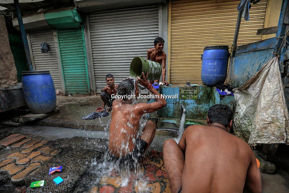 20171029 Kolkata Calcutta Indien<br /> Män som tvättar sig i en gatubrunn<br /> <br /> ----<br /> FOTO : JOACHIM NYWALL KOD 0708840825_1<br /> COPYRIGHT JOACHIM NYWALL<br /> <br /> ***BETALBILD***<br /> Redovisas till <br /> NYWALL MEDIA AB<br /> Strandgatan 30<br /> 461 31 Trollhättan<br /> Prislista enl BLF , om inget annat avtalas.
