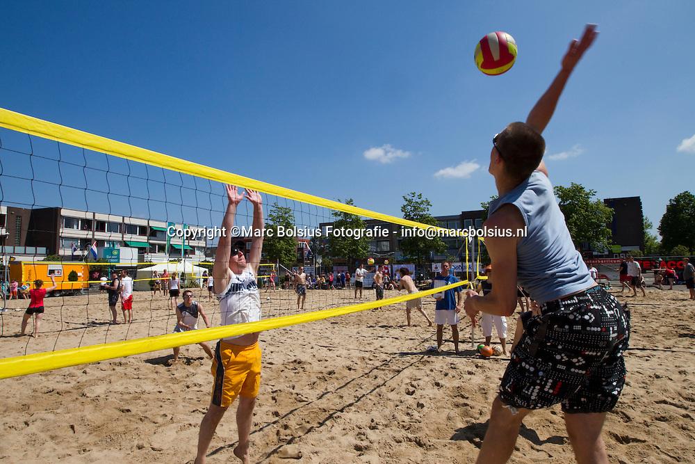 berlicum,strandvolleybal op het mercuriusplein met water en zon