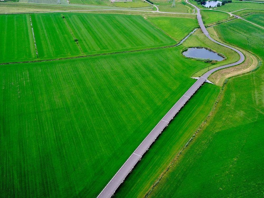 Nederland, Overijssel, Gemeente Heerde, 21–06-2020; landelijk gebied ten westen van de IJssel, hoogwatergeul Veessen-Wapenveld. De geul is ontstaan door de aanleg van twee paralel lopende twee dijken. De uitlaat van de hoogwatergeul in de voorgrond bevindt zich aan weerszijden van de Kromme Kolk, de waterplas in de kromming van de dijk.<br /> Rural area, west of IJssel,flood gully Veessen-Wapenveld, outlet of the flood channel. The channel has not been excavated but instead two parallel dikes are constructed.<br /> luchtfoto (toeslag op standaard tarieven);<br /> aerial photo (additional fee required)<br /> copyright © 2020 foto/photo Siebe Swart