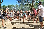 Nederland, Beuningen, Ewijk, 1-7-2018 Festival Down the Rabbit Hole , dtrh . Warm en stoffig op de derde dag van het festival . Hoepelen .Foto: Flip Franssen