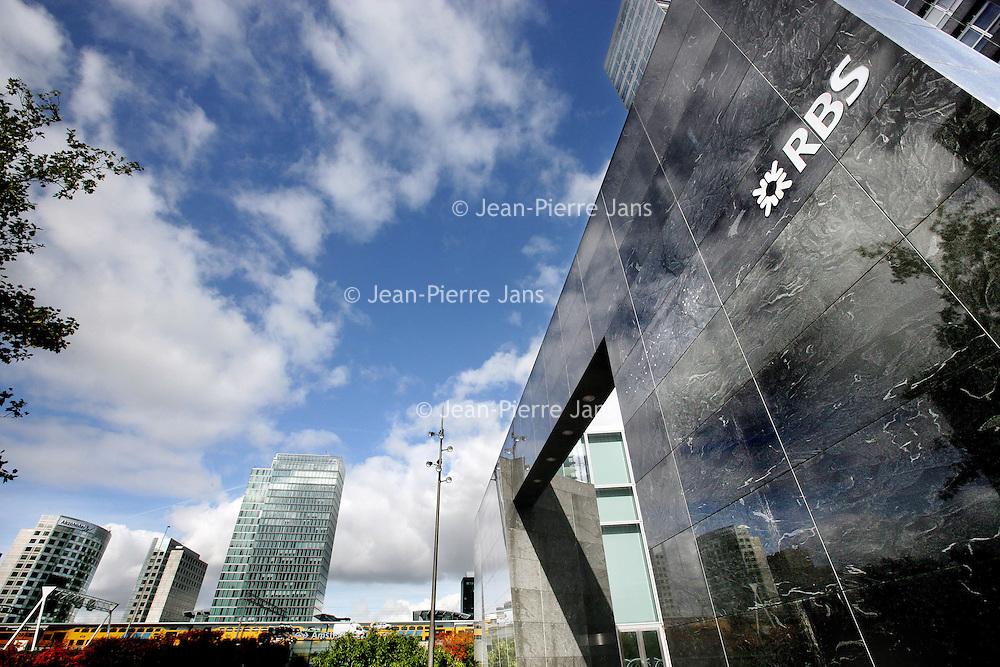 Nederland,Amsterdam ,8 oktober 2008..Het voormalige hoofdkantoor van ABN-Amro aan de Zuidas overgenomen door Fortis en RBS,nu zonder Fortis en dus is het logo van fortis ook verwijderd. .The former headquarters of ABN-Amro in the financial district Zuidas, Amsterdam.