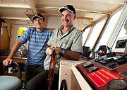 Photographique couleur de 2 pilotes à la barre d'un bateau de pêche réalisée au port de Nouméa en Nouvelle Calédonie