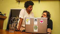 """PORTO ALEGRE, RS, BRASIL, 21-01-2017, 12h24'54"""":  Desiree dos Santos, 32, discute um projeto com o físico e programador Vlademir PIana de Castro, 53, no espaço Matehackers Hackerspace, da Associação Cultural Vila Flores, no bairro Floresta da capital gaúcha. A  Consultora de Desenvolvimento de Software na empresa ThoughtWorks fala sobre as dificuldades enfrentadas por mulheres negras no mercado de trabalho.<br /> (Foto: Gustavo Roth / Agência Preview) © 21JAN17 Agência Preview - Banco de Imagens"""