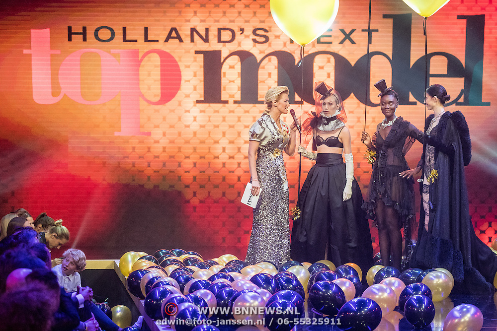 NLD/Amsterdam/20161025 - finale Holland Next Top model 2016, presentatrice Anouk Smulders - Voorveld, model Emma Hagers, Colette Pronk en winnares Akke Marije Marinus