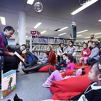 Nederland, Amsterdam , 12 januari 2011..Voorleesuurtje voor kinderen in de Bibliotheek op het bijlmerplein...Foto:Jean-Pierre Jans