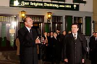 """24 FEB 2003, BERLIN/GERMANY:<br /> Jacques Chirac (L), Praesident Frankreich, und Gerhard Schroeder (R), SPD, Bundeskanzler, waehrend einer Pressekonferenz, nach einem Gespraech, vor dem Restaurant """"Zur letzten Instanz""""<br /> IMAGE: 20030224-03-024<br /> KEYWORDS: Gerhard Schröder"""