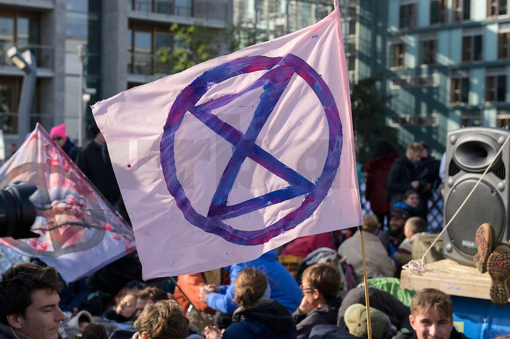 09 OCT 2019, BERLIN/GERMANY:<br /> Flagge mit Logo, Extinction Rebellion (XR), eine globale Umweltbewegung protestiert mit der Blockade von Verkehrsknotenpunkten fuer eine Kehrtwende in der Klimapolitik, Marschallbruecke<br /> IMAGE: 20191009-02-011<br /> KEYWORDS: Demonstration, Demo, Demonstranten, Klima, Klimawandel, climate change, protest, Marschallbrücke
