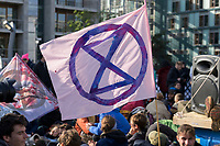 09 OCT 2019, BERLIN/GERMANY:<br /> Flagge mit Logo, Extinction Rebellion (XR), eine globale Umweltbewegung protestiert mit der Blockade von Verkehrsknotenpunkten fuer eine Kehrtwende in der Klimapolitik, Marschallbruecke<br /> IMAGE: 20191009-02-011<br /> KEYWORDS: Demonstration, Demo, Demonstranten, Klima, Klimawandel, climate change, protest, Marschallbrücke
