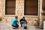 Abitanti del centro storico arrostiscono la carne per strada, durante la Pasquetta. Bari 13 Aprile 2020. Christian Mantuano / OneShot
