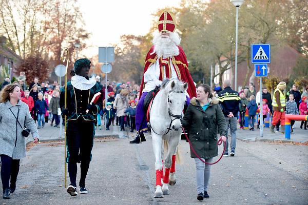 Nederland, Milsbeek, 17-11-2018 Sinterklaas te paard en zwarte Piet bij hun intocht.. . Foto: Flip Franssen