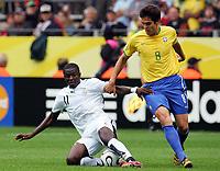 v.l. Sulley Muntari, Kaka Brasilien<br /> Fussball WM 2006 Achtelfinale Brasilien - Ghana<br /> Brasil - Ghana<br /> Norway only