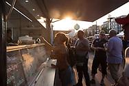 Die Foodtrucker Es sind kunterbunte, selbst umgebaute Kleinbusse oder mobile Hightech-Küchen:<br /> Foodtrucks. An Bord haben sie Deftiges oder Süßes, ausländische Spezialitäten oder<br /> feinstes Fast Food – gekocht und verkauft von Familienbanden, besten Kumpels<br /> oder Einzelkämpfern, die eines eint: ihre Liebe zum ganz speziellen Lieblingsessen.