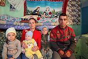 Corina en 2011 dans sa maison dans la campagne de la région de Iasi. Elle s'est mariée avec un garçon du village avec lequel elle a eu 3 enfants. Ils vivent tous les 5 dans une petite maison dans le jardin des parents de son mari. Corina est mère au foyer. <br /> <br /> Corina in 2011 In front of her house in the countryside near Iasi. She got married with a man from the area. Since they have been living at his parents with their three children. Corina doesn't work. She looks after the children.