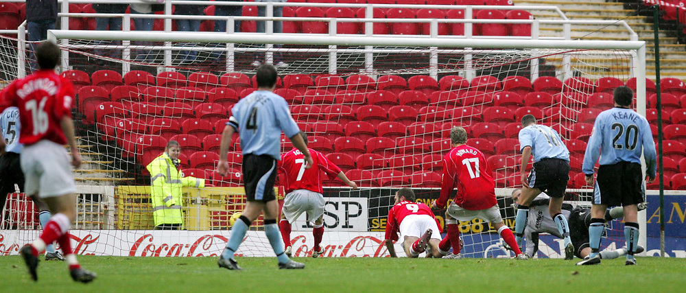 Fotball<br /> England 2004/2005<br /> Foto: SBI/Digitalsport<br /> NORWAY ONLY<br /> <br /> Swindon Town v Hull City<br /> The Coca-Cola Football League one. County Ground.<br /> 20/11/2004<br /> <br /> Swindon's Sam Parkin scores his goal against Hull.