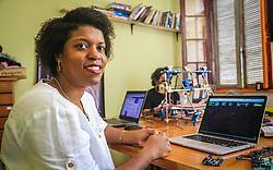 """PORTO ALEGRE, RS, BRASIL, 21-01-2017, 13h03'26"""":  Desiree dos Santos, 32, no Matehackers Hackerspace da Associação Cultural Vila Flores, no bairro Floresta da capital gaúcha. A  Consultora de Desenvolvimento de Software na empresa ThoughtWorks fala sobre as dificuldades enfrentadas por mulheres negras no mercado de trabalho.(Foto: Gustavo Roth / Agência Preview) © 21JAN17 Agência Preview - Banco de Imagens"""