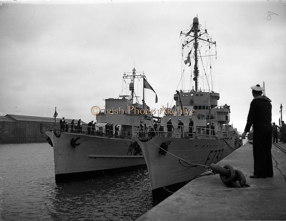 """27/08/1952<br /> 08/27/1952<br /> 27 August 1952<br /> French Naval vessels at Dublin Port on right is the Chamois Class frigate F737 """"Bisson"""". Left is a minesweeper vessel MCB?."""