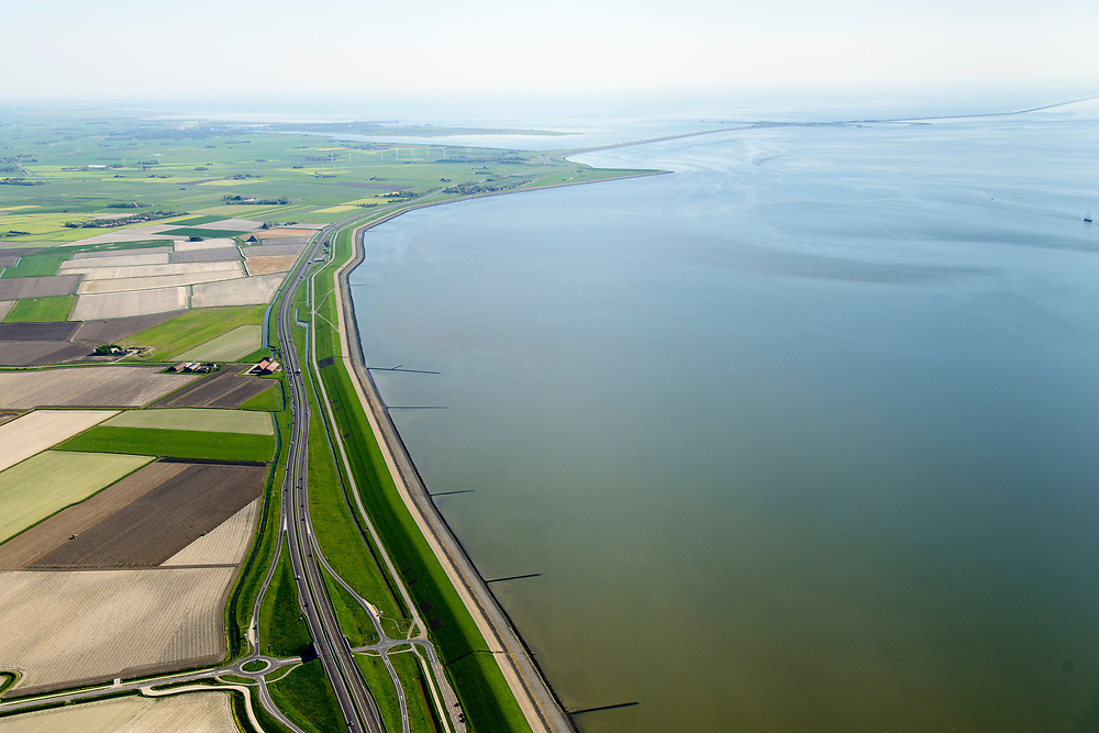 Nederland, Friesland, Gemeente Súdwest-Fryslân, 07-05-2018; Fries Waddenkust ter hoogte van Kimswerd / Dijksterburen, gezien naar Zurich en met de Afsluitdijk in de achtergrond.<br /> Coast Wadden Sea.<br /> luchtfoto (toeslag op standaard tarieven);<br /> aerial photo (additional fee required);<br /> copyright foto/photo Siebe Swart