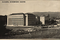 """Zagreb : Higijenski zavod. <br /> <br /> ImpresumZagreb : Foto-Material od t. t. Griesbach i Knaus, [poslije 1929].<br /> Materijalni opis1 razglednica : tisak ; 8,7 x 13,7 cm.<br /> NakladnikFotoveletrgovina Griesbach i Knaus (Zagreb)<br /> Mjesto izdavanjaZagreb<br /> Vrstavizualna građa • razglednice<br /> ZbirkaGrafička zbirka NSK • Zbirka razglednica<br /> Formatimage/jpeg<br /> PredmetZagreb –– Ulica Johna Davisona Rockfellera<br /> Hrvatski zavod za javno zdravstvo (Zagreb)<br /> SignaturaRZG-ROCK-2<br /> Obuhvat(vremenski)20. stoljeće<br /> NapomenaRazglednica nije putovala. • Danas Hrvatski zavod za javno zdravstvo. Ustanovljen je godine 1923. kao Epidemiološki zavod, preustrojen i preimenovan 1926. godine u Higijenski zavod sa Školom narodnog zdravlja. Godine 1927. smješten je na tzv. Zelenom brijegu u Rockefellerovoj ulici u Zagrebu. • U gornjem desnom kutu poleđine razglednice, na mjestu predviđenom za poštansku marku, nalazi se monogram austrijske tvornice razglednica, foto-papira itd. """"Kilophot"""" (1905.-1930.)<br /> PravaJavno dobro<br /> Identifikatori000954634<br /> NBN.HRNBN: urn:nbn:hr:238:670399 <br /> <br /> Izvor: Digitalne zbirke Nacionalne i sveučilišne knjižnice u Zagrebu"""