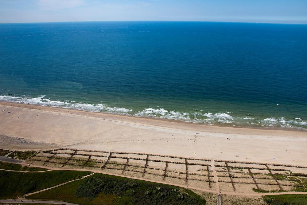 Nederland, Zeeland, Walcheren, 12-06-2009; De kust en strand bij Westkapelle, het meest aangevallen stuk kust van Nederland. In het kader van het programma Zwakke Schakels is de kustverdediging op deze lokatie verbeterd. De Westkapelse Zeedijk is aan de zeekant versterkt door extra zand (zandsuppletie) en de dijk is overslagbestendig gemaakt. Het patroon in het midden is nieuwe aanplant van helm. .The coastal defense has been strengtened by means of sand-supplementation.Swart collectie, luchtfoto (25 procent toeslag); Swart Collection, aerial photo (additional fee required).foto Siebe Swart / photo Siebe Swart
