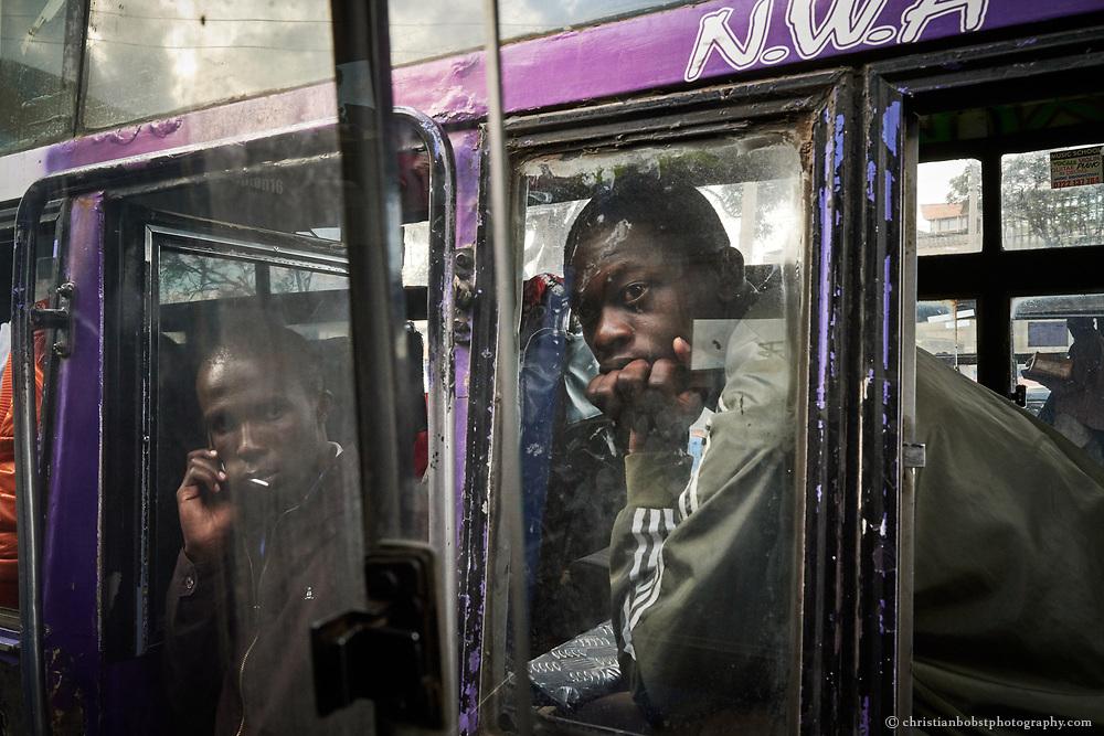 Ein Makanga (Schaffner, links) und ein Passagier (rechts) warten an der Nairobi Railway Station auf die Abfahrt ihres Matatus.