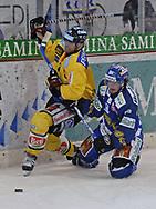 Berns Martin Steinegger im Zweikampf mit dem Davoser Peter Guggisberg © Pascal Gabriel