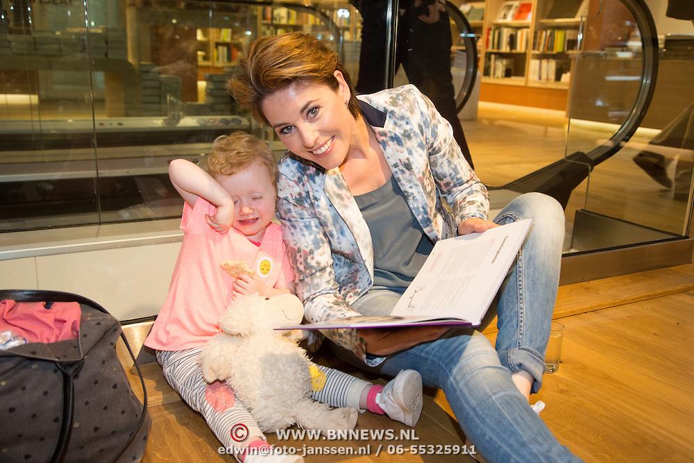 NLD/Amsterdam/20160529 , Boekpresentatie Het Groot Nederlands Knuffelboek van Gallyon van Vessem, Mirella van Markus met haar dochtertje