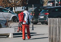 15.03.2020, Kaprun, AUT, Coronavirus in Österreich, im Bild Skifahrer und Touristen verlassen das Skigebiet. Die Kapruner Gletscherbahnen stellen mit 15. März ihren Winter Betrieb zur Eindämmung der Verbreitung des Corona Virus ein // Skiers and tourists leave the ski area. The Kaprun glacier lifts close their Ski Resort on March 15 ,in an effort to slow the ongoing spread of the coronavirus, Kaprun, Austria on 2020/03/15. EXPA Pictures © 2020, PhotoCredit: EXPA/Stefanie Oberhauser