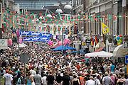 Nederland, Nijmegen, 21-7-2004<br /> feest in de van Welderenstraat als de 4daagse wandelaars op de tweede dag door de binnenstad naar het eindpunt lopen. 4-daagse, vierdaagse, wandelsport, evenement, lopen wandelen, bewegen.<br /> Foto: Flip Franssen/Hollandse Hoogte