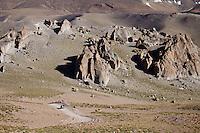 CAMINO ENTRE FORMACIONES ROCOSAS, RESERVA NATURAL LAGUNA DEL DIAMANTE, PROVINCIA DE MENDOZA, ARGENTINA