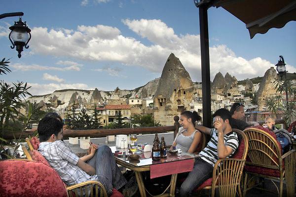 Turkije, Goreme, 7-6-2011De bizarre rotsformaties van cappadocie zijn een toeristische trekpleister. Terras van restaurant met toeristen in het stadje.Foto: Flip Franssen