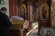Een priester leest in een orthodoxe kerk in Ungheni, aan de grens met Roemenie. Moldavie is een van de armste landen van Europa. Tot 1991 behoorde het tot het Sovjetrijk.<br /> <br /> An orthodox church in Ungheni, near the border with Romania. Moldova is one of the poorest countries in Europe. Until 1991 it was part of the Soviet Union.