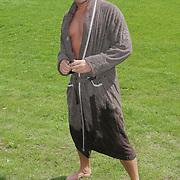 NLD/Amsterdam/20080805 - Persconferentie Gerard Joling in een bubbelbad, gerard in badjas