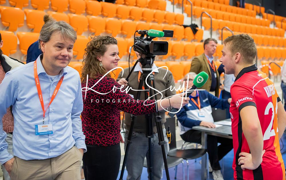 ROTTERDAM  - NK Zaalhockey,   wedstrijd om brons.  heren Oranje Rood- Kampong. OR wint.  Chloe Goossens (hockey.nl) interviewt Max Kuijpers (Oranje-Rood) . links Erik Gerritsen (dir. KNHB).     COPYRIGHT KOEN SUYK