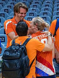 16-08-2016 BRA: Olympic Games day 11, Rio de Janeiro<br /> De Nederlandse volleybalsters staan in de olympische halve finales. In een overtuigende wedstrijd, waarin alleen de derde set werd verloren, was Oranje te sterk voor Zuid-Korea: 25-19, 25-14, 23-25 en 25-20. / Coach Giovanni Guidetti en de familie Pietersen, Judith en Thijs
