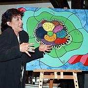 Opening cultureel intergratie centrum Stichting Welzijn Huizen, Leonie Sazias bij haar schilderij