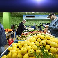 Nederland, Amsterdam , 3 mei 2011..Supermarkt Tanger..De etnische supermarkt Tanger in Slotermeer is met die prijs goedkoper dan de winkels in het Marokkaanse Tanger. De winkel trekt klanten aan van ver buiten de stad..De groente afdeling....Foto:Jean-Pierre Jans