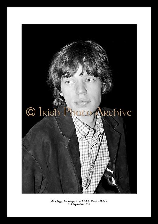 En ung Mick Jagger avbildet backstage på Adelpthi Teatre i Dublin, 3 september 1965. Bilder av.The Rolling Stones turne, sort-hvitt bilde av god kvalitet får du kjøpt hos Irish Photo Archive. Det er.enkelt!