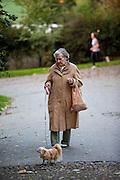 Dame mit Hund in Park Riegrovy Sady.