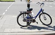 In Utrecht heeft iemand een fiets aan een verkeerslicht gezet, waardoor de doorgang voor rolstoelen, wandelwagens, en blinden bijna is geblokkeerd.<br /> <br /> In Utrecht someone parked a bike to a traffic light, so that the passage for wheelchairs, strollers and blind people is almost blocked.
