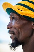 Een straatartiest gekleed in de kleuren van het Zuid Afrikaanse voetbalteam tijdens het WK in Zuid Afrika.