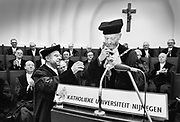 Nederland, Nijmegen, 1-12-1986, In de oude aula van de Katholieke Universiteit, KUN, thans de RU, Radboud Universiteit, neemt de katholieke theoloog en lid van de orde van Montfortanen Bas van Iersel de keten van het ambt van rector magnificus in ontvangst van prof. Giesbers die er afstand van doet...Foto: Flip Franssen