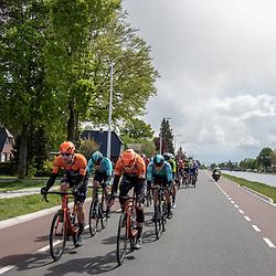 04-05-2019: Wielrennen: Ronde van Overijssel: Rijssen<br />Peloton langs het Overijssels kanaal