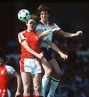 Fotball<br /> England <br /> Foto: Colorsport/Digitalsport<br /> NORWAY ONLY<br /> <br /> Paul Mariner (Eng) Peter Nicholas (Wales). Wales v England. 1980