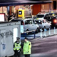 Nederland, Amsterdam , 21 juli 2011..Verkeersregelaars en toezichthouders bij taxi standplaats Centraal Station reguleren s'nachts het aantal taxi's dat toegang mag worden verleend tot de taxistandplaats..Ze bemoeien zich verder niet met de taxi chauffeurs en het gesjoemel omtrent de rittenprijzen die ze onderling afspreken..Foto:Jean-Pierre Jans